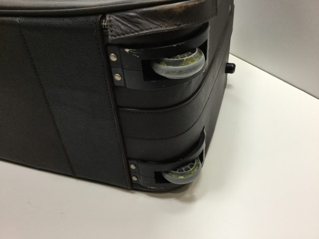 Orobianco(オロビアンコ)のスーツケースのキャスター交換が完了しました(愛知県名古屋市A様) before